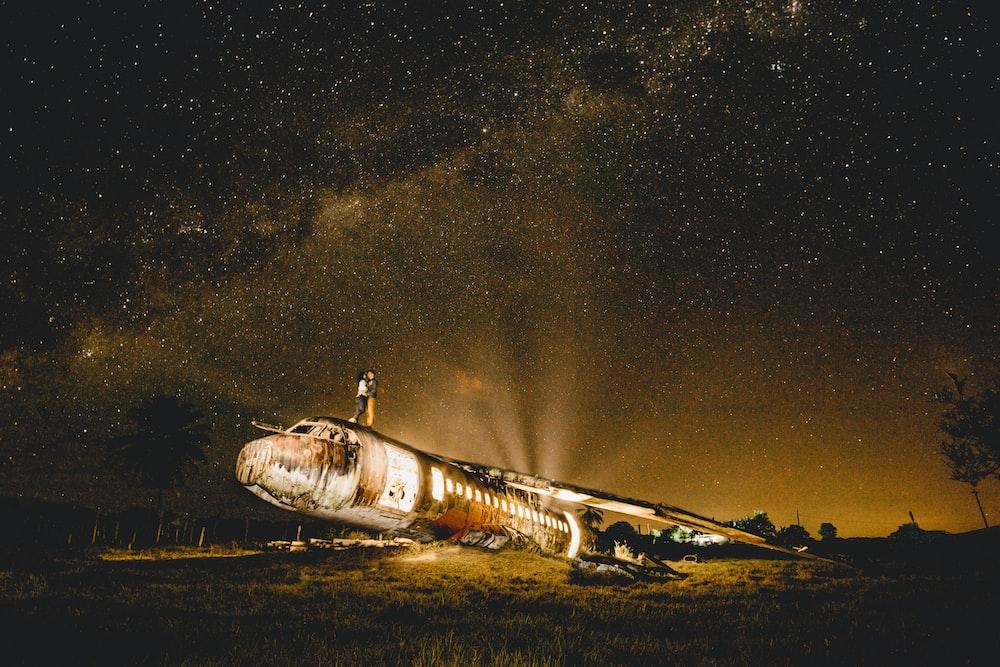 white and black plane under starry night