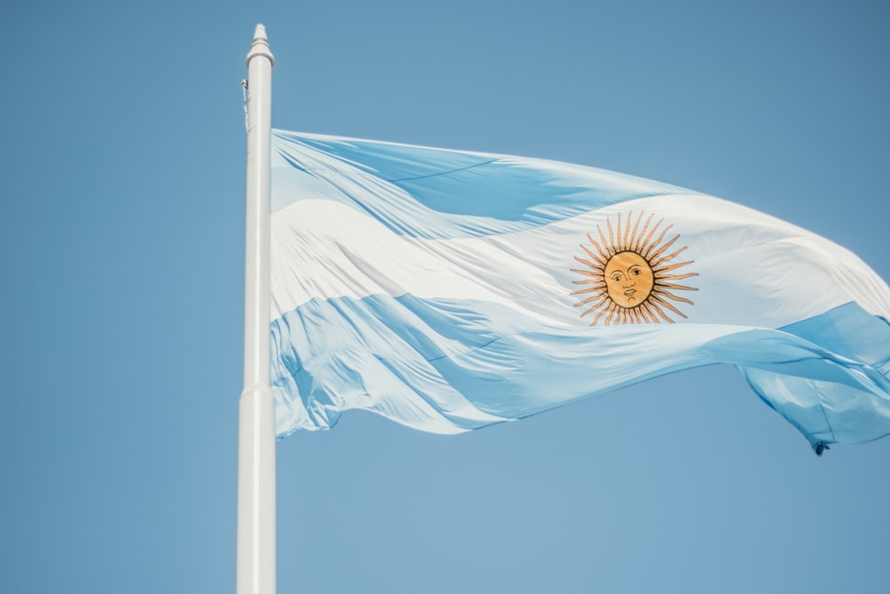 青と白の縞模様の旗