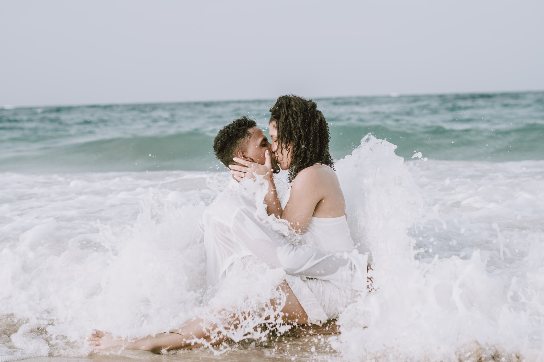 Мужчина и женщина в воде