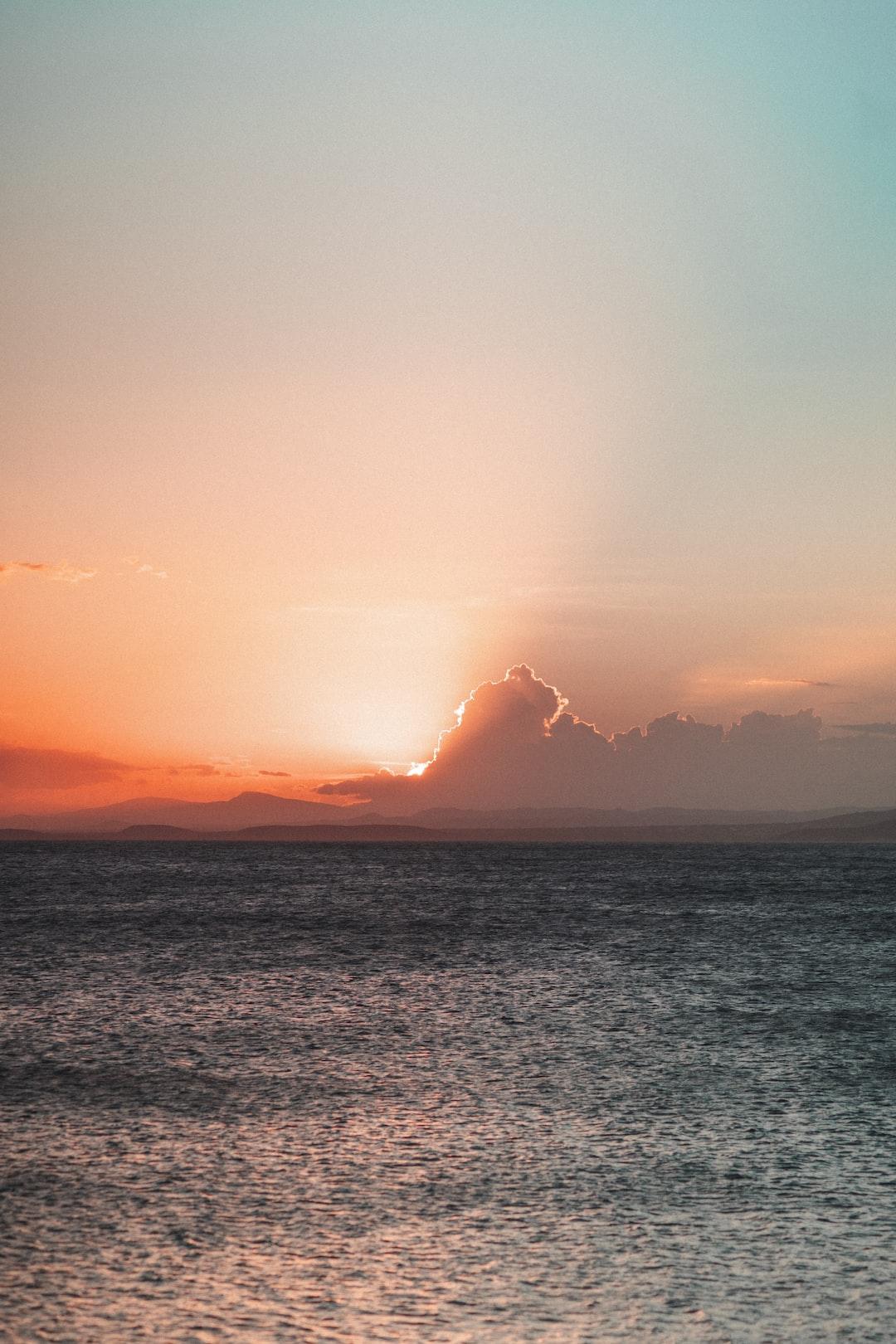 Puesta de sol en el último minuto de la hora dorada   smartphones size