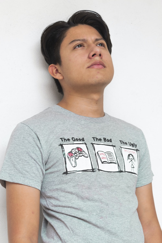 man in gray crew neck t-shirt