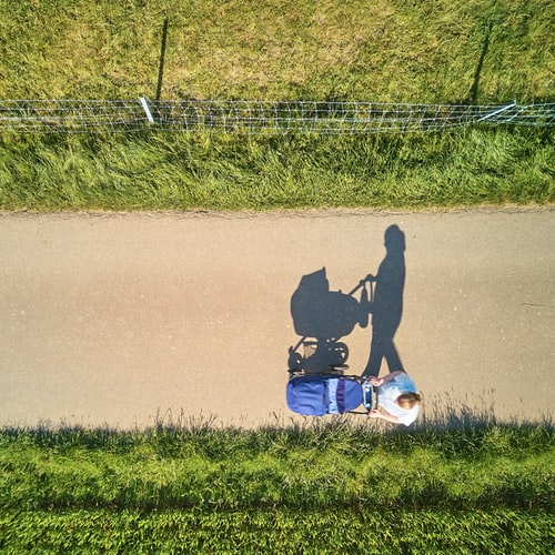 Une femme promenant avec son bébé dans une poussette. | Photo : Unsplash