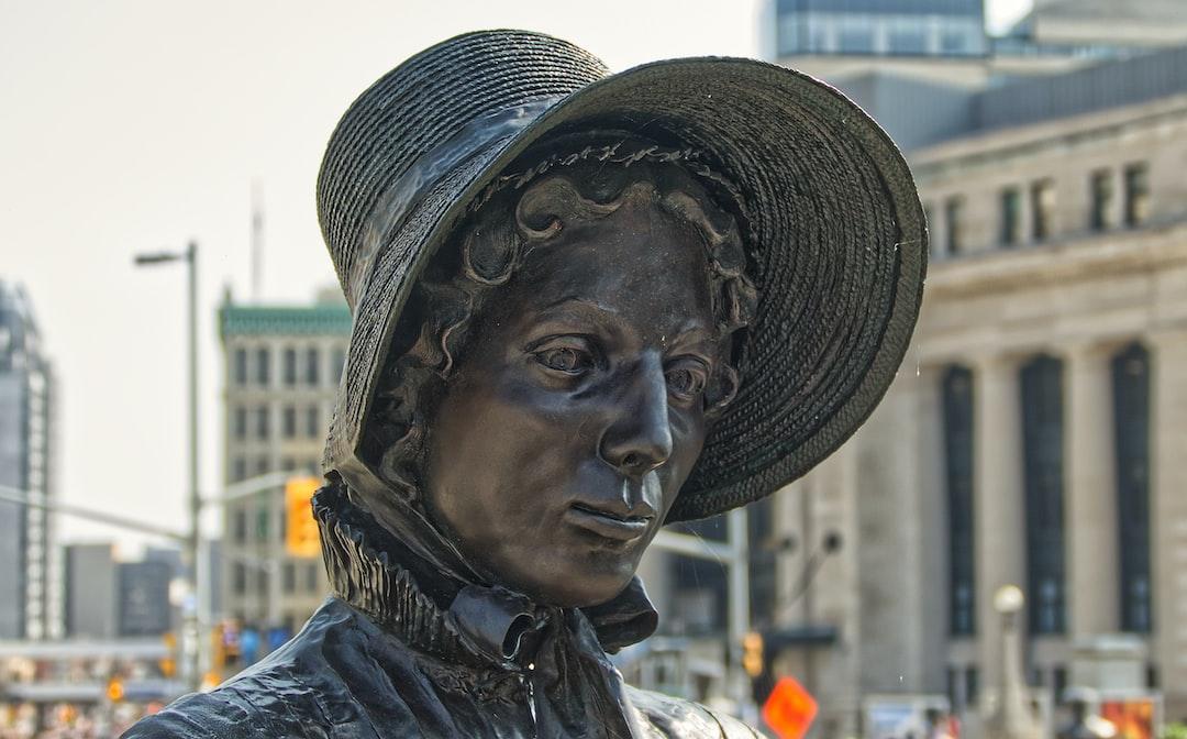 Le Monument aux Valeureux - Laura Secord (13 septembre 1775 – 17 octobre 1868) est une héroïne canadienne de la guerre anglo-américaine de 1812. Elle marcha 32 kilomètres pour prévenir les forces armées britanniques d'une embuscade des soldats américains. - La reconnaissance historique de l'héroïsme de cette femme durant la guerre anglo-américaine de 1812 est redevable en bonne partie à Sarah Anne Curzon, poète, dramaturge et journaliste avec sa pièce de théâtre intitulée Laura Secord : The Heroine of 1812 parue en 1887.