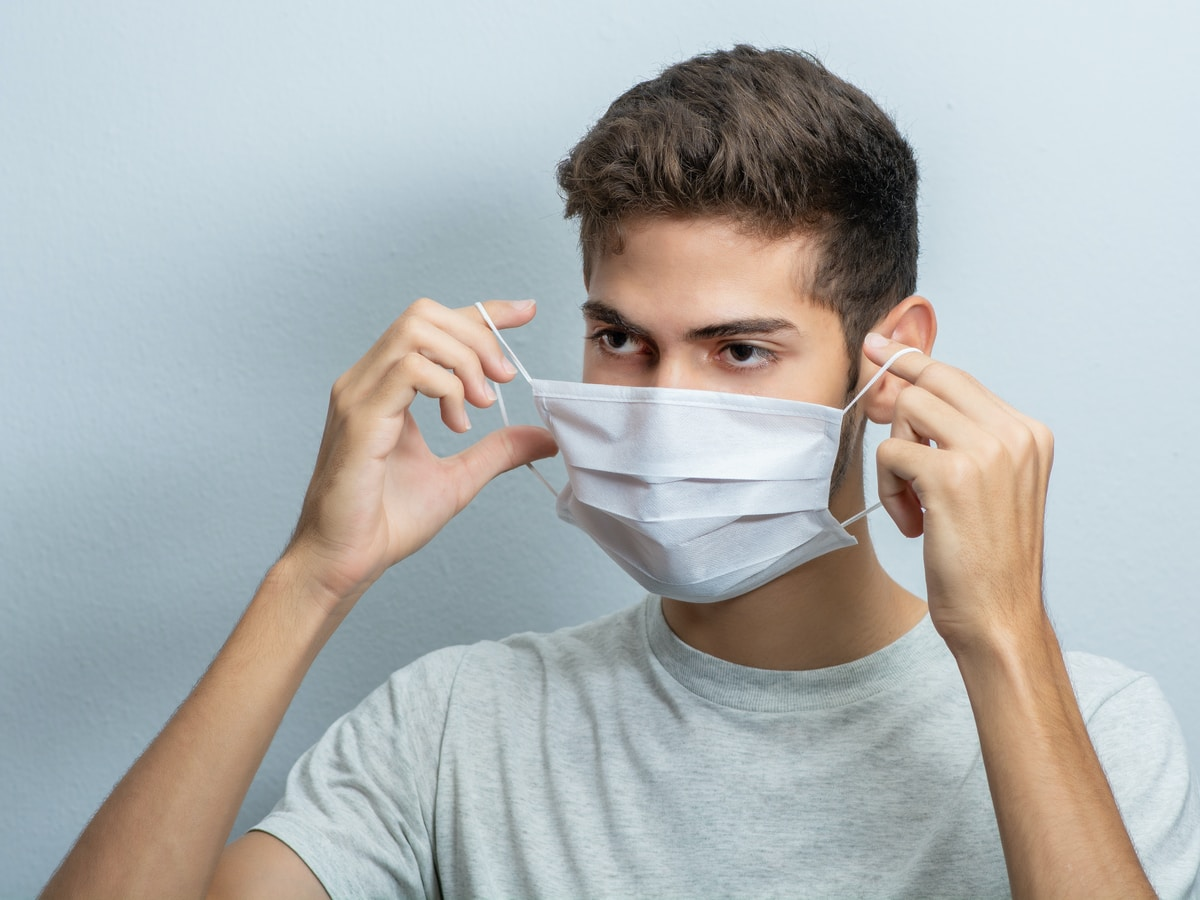 mascarillas, test coronavirus, man in gray crew neck t-shirt covering his face with white textile