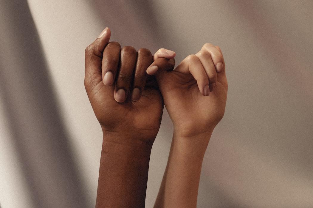 mani con mignoli intrecciati