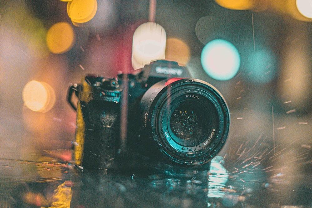 水上の黒いニコンデジタル一眼レフカメラ