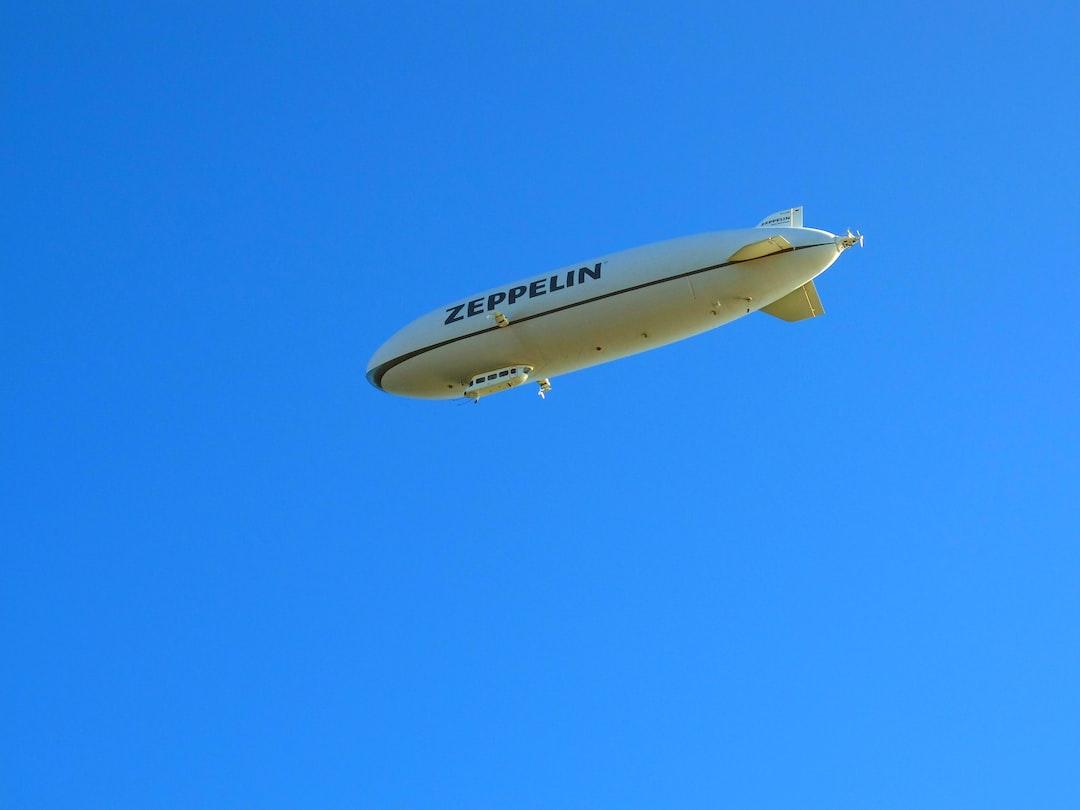 Дирижабль Zeppelin в небе над Боденским озером производит туристический рейс  *** Zeppelin dirigible in the sky above Lake Constance makes a tourist flight  *** Luftschiff Zeppelin im Himmel über dem Bodensee macht einen Touristenflug