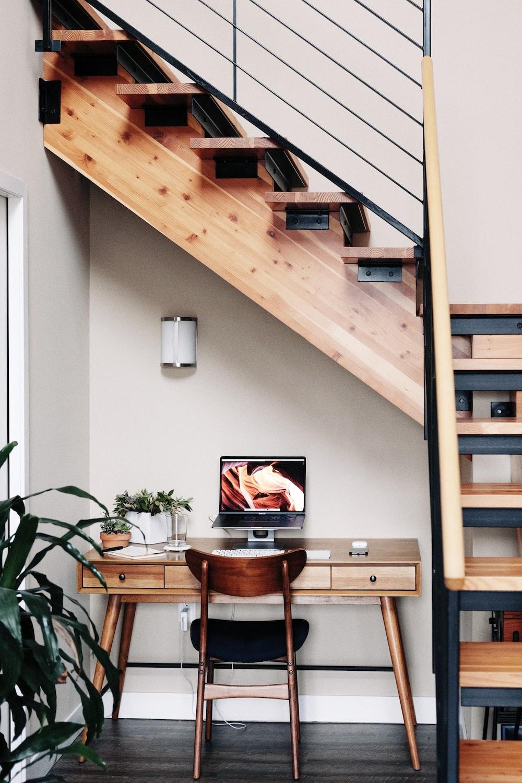 Montar seu home office embaixo da escada é uma ótima solução para aproveitar um espaço que muitas vezes não é utilizado.