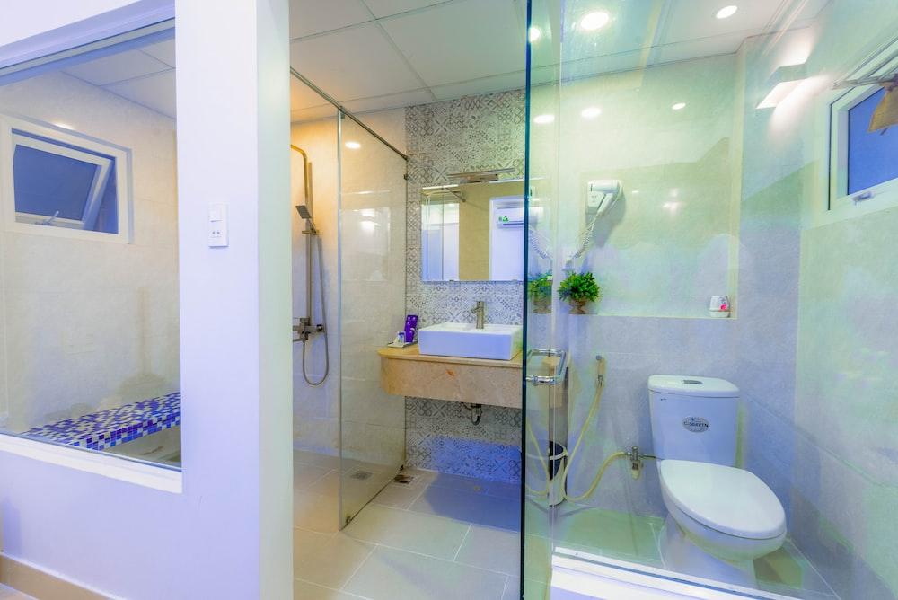 white ceramic sink near mirror