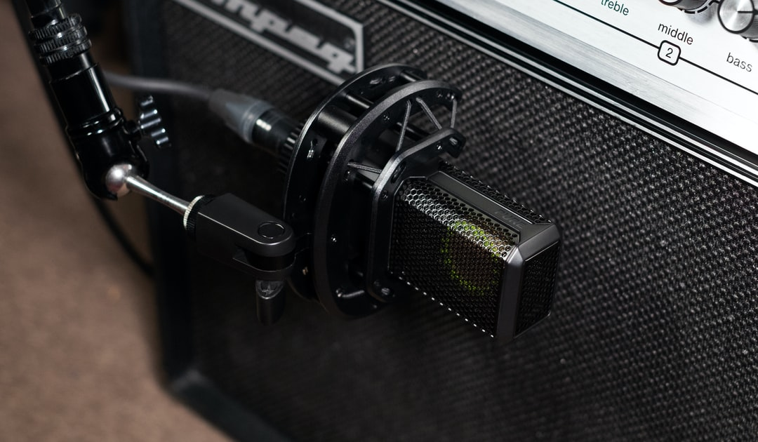 The high-quality microphone LCT 440 PURE mounted in the shockmount next to an amplifier.