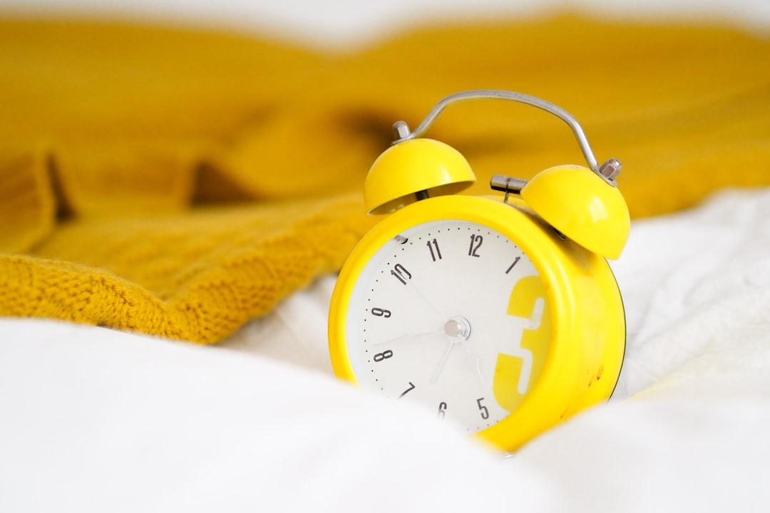 Comment se lever tôt : Éloignez le réveil de votre lit.