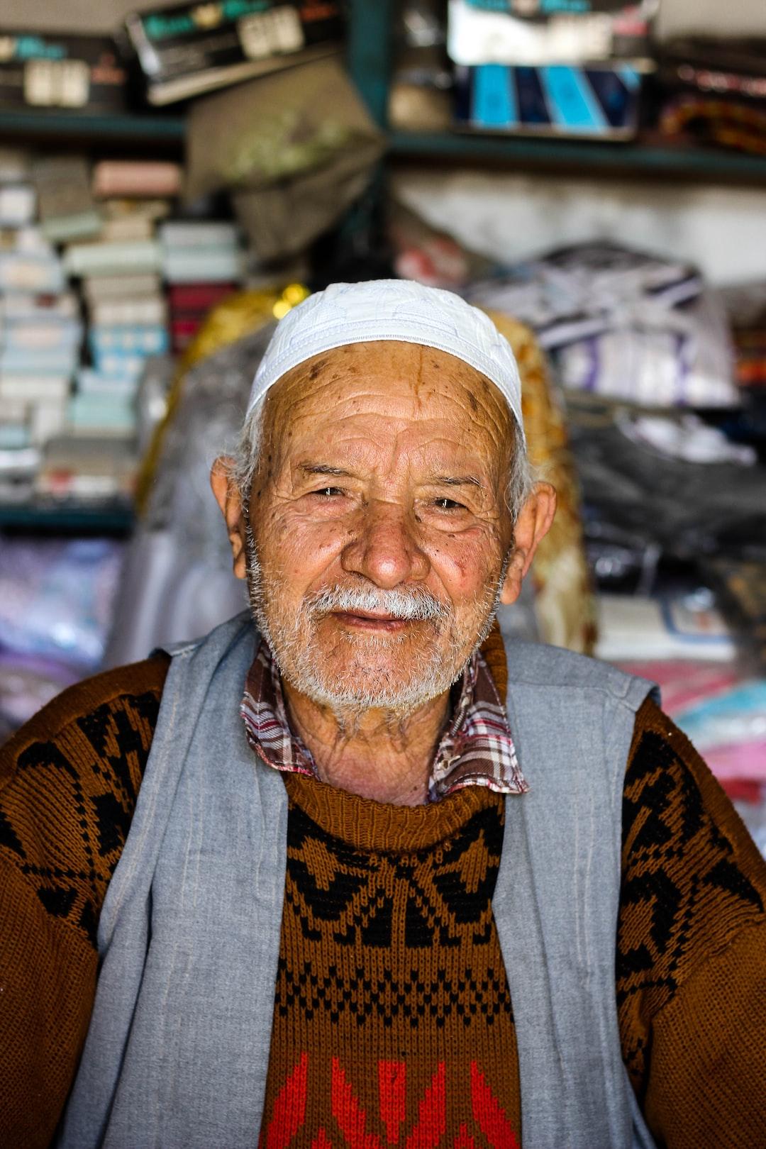 Old man in Gabes, Tunisie sit on his work