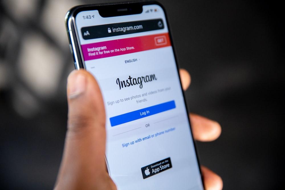 outils professionnels Instagram personne tenant un smartphone android samsung noir