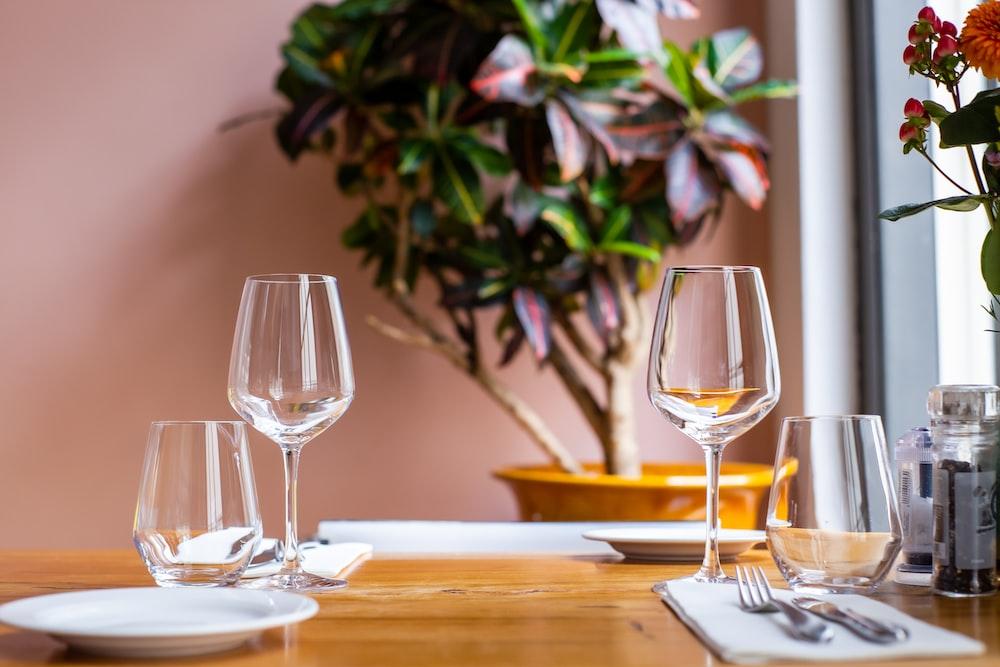 テーブルの上の透明なワイングラス