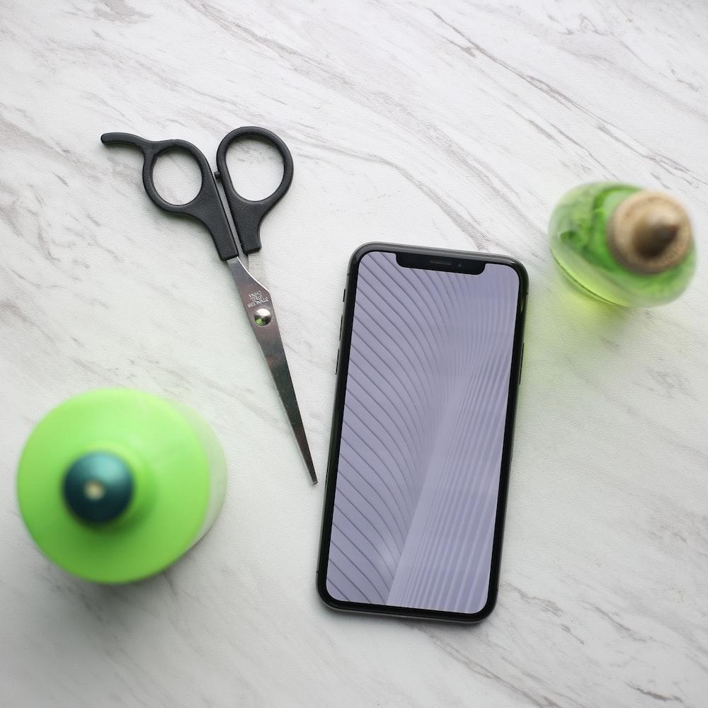black handled scissors beside green apple fruit