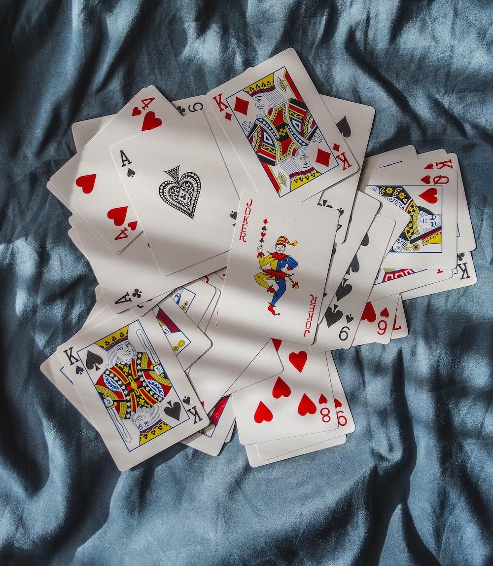 bermain kartu di atas tekstil biru