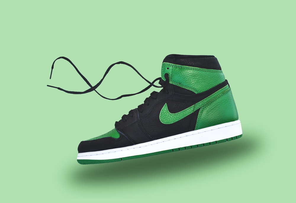 micro Seguid así Noble  black and white nike high top sneaker photo – Free Shoe Image on Unsplash