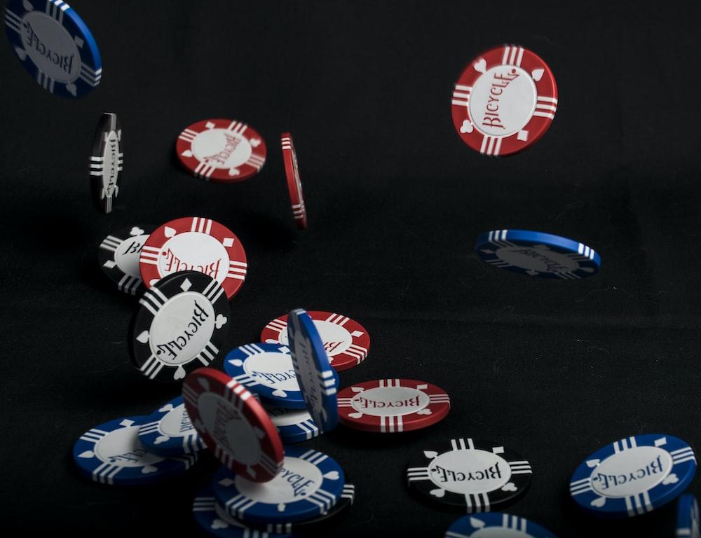 mobil mainan plastik biru dan merah