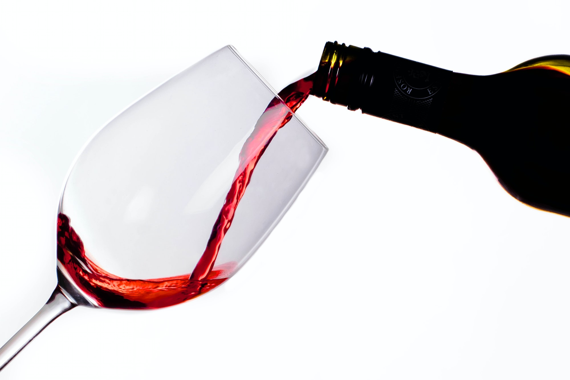 Some people are sensitive to the histamines and sulfites in red wine (by Unsplash)