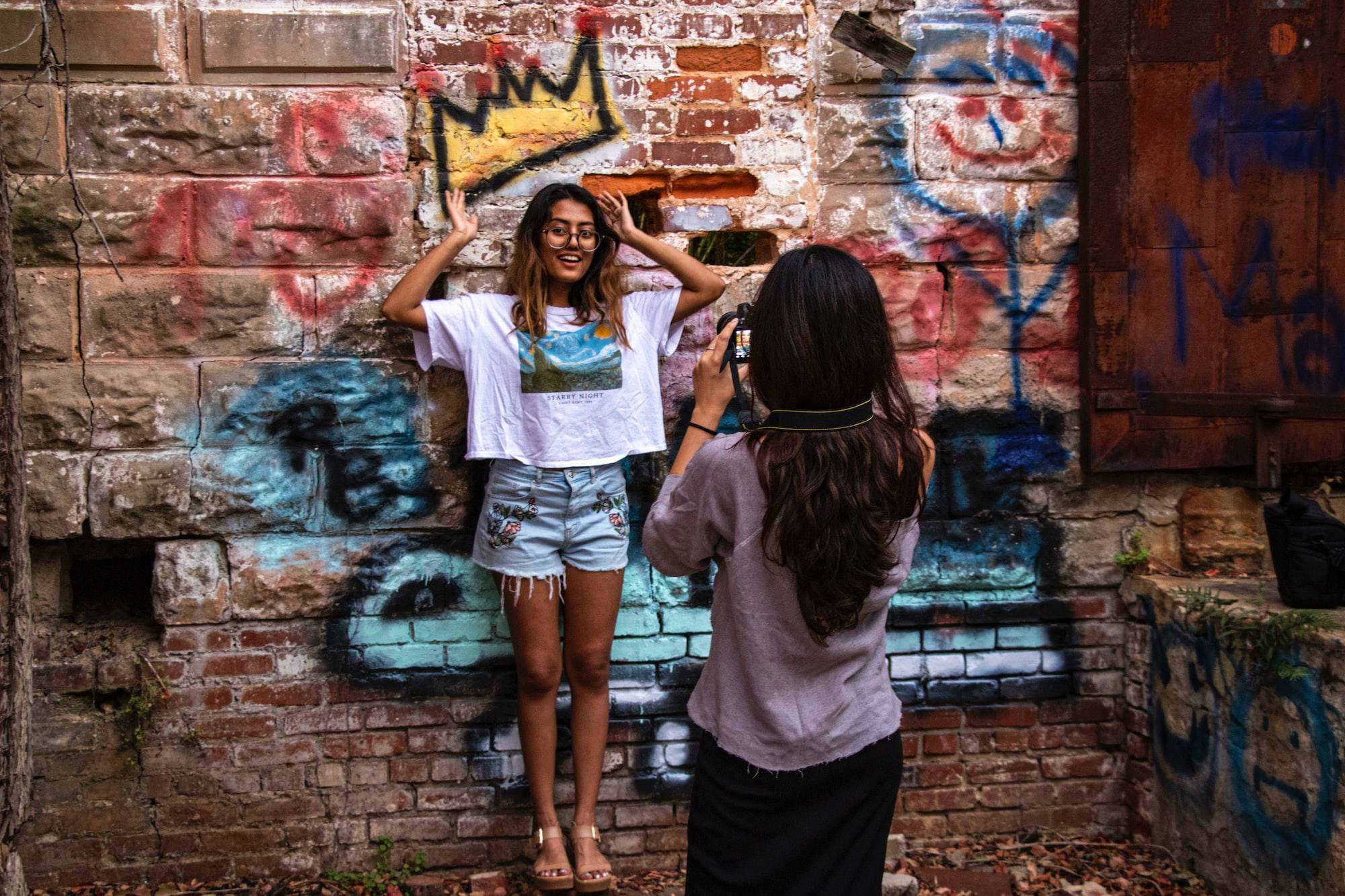 Фотосессия девушки у стены