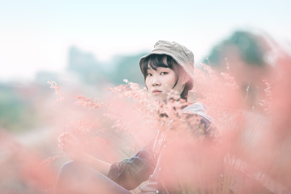 woman in white hat with pink powder