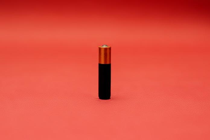 black and gold tube type vape