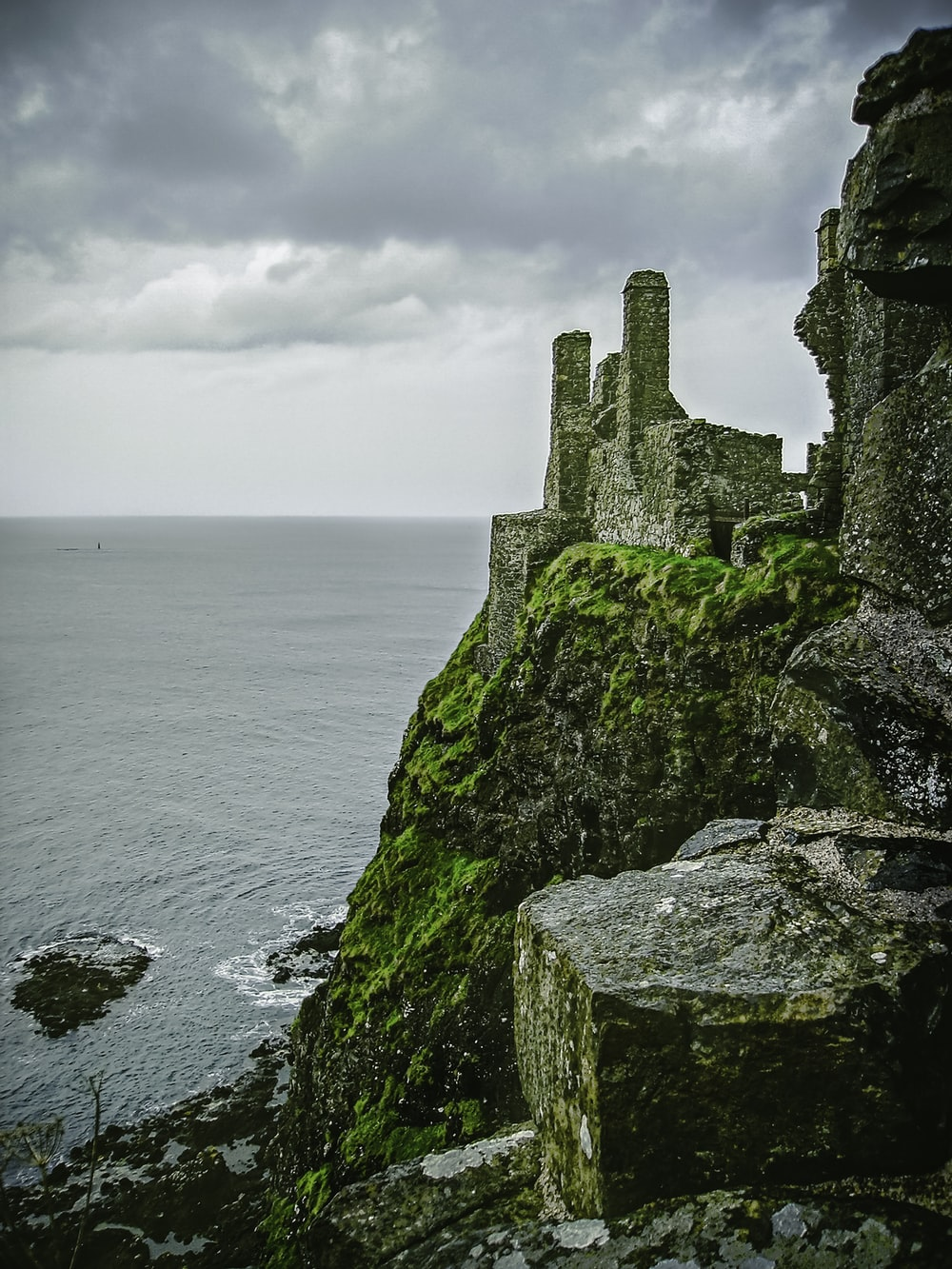 Stone Castle On Hill Photo Free Dunluce Castle A K A Pyke Castle Seat Of The House Of Greyjoy In Game Of Thrones Image On Unsplash