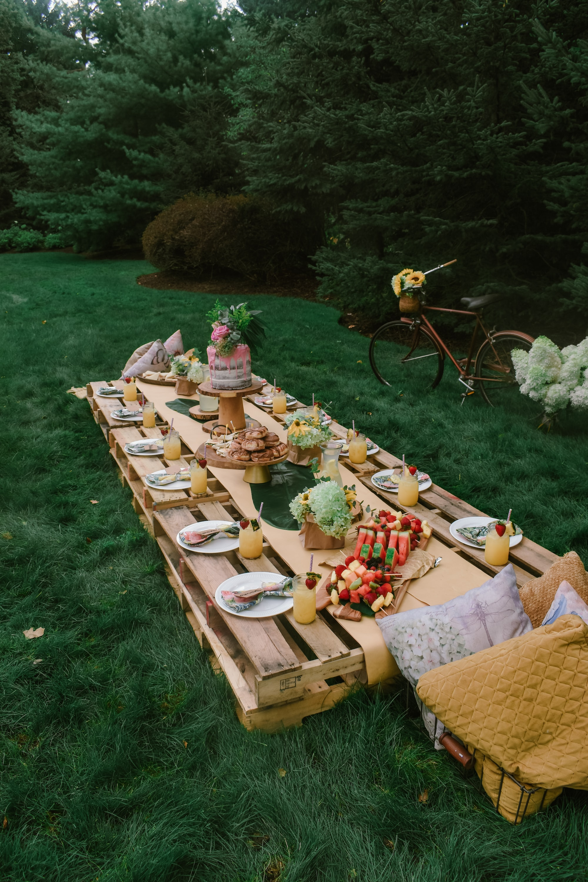 Pallet table with food and place settings