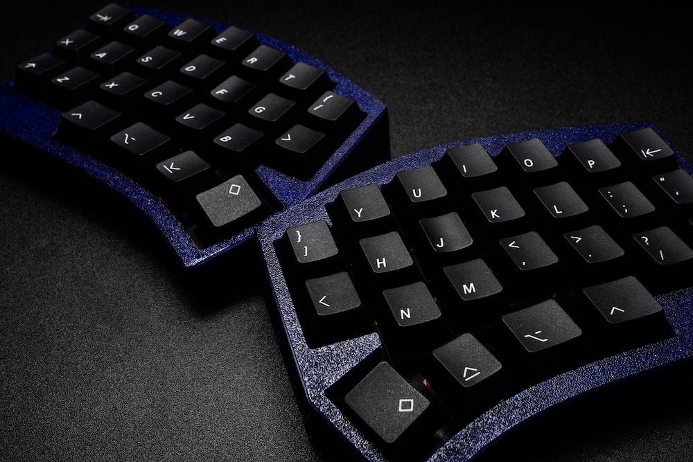 black computer keyboard on black table