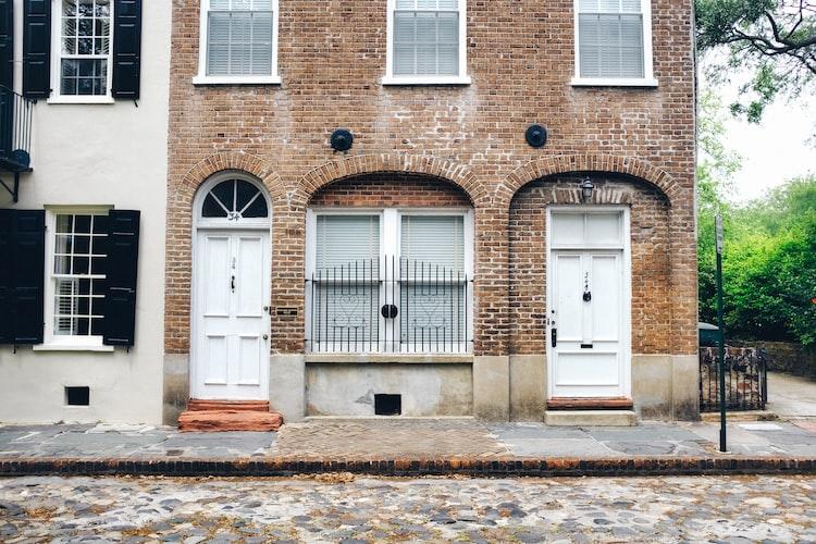 Image of Charleston, South Carolina cobblestone streets and brick homes.