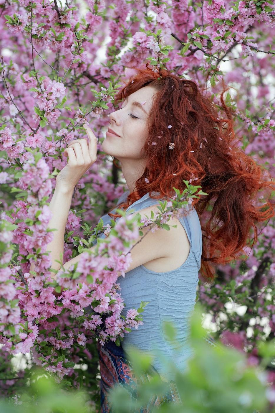 Портрет рыжей женщины в цветущем саду