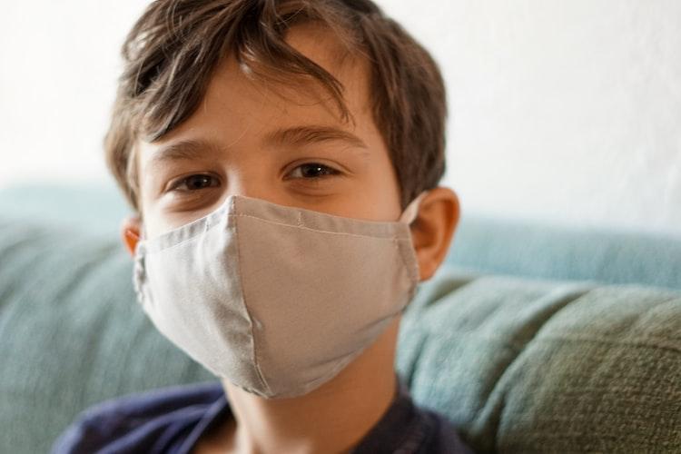 Un garçon portant un masque. | Photo : Unsplash