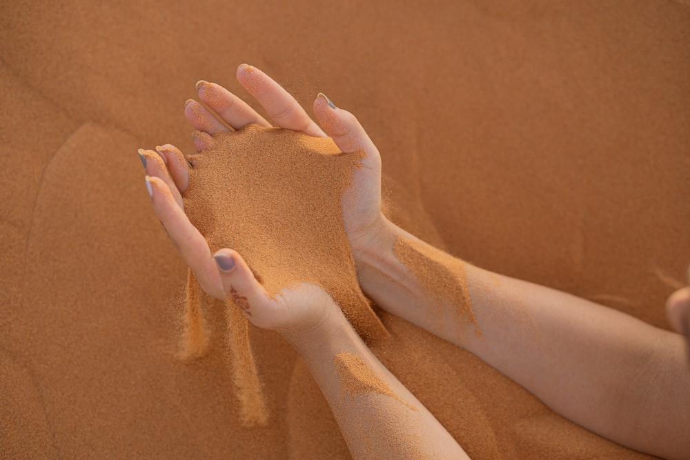 hände im sand, tasten