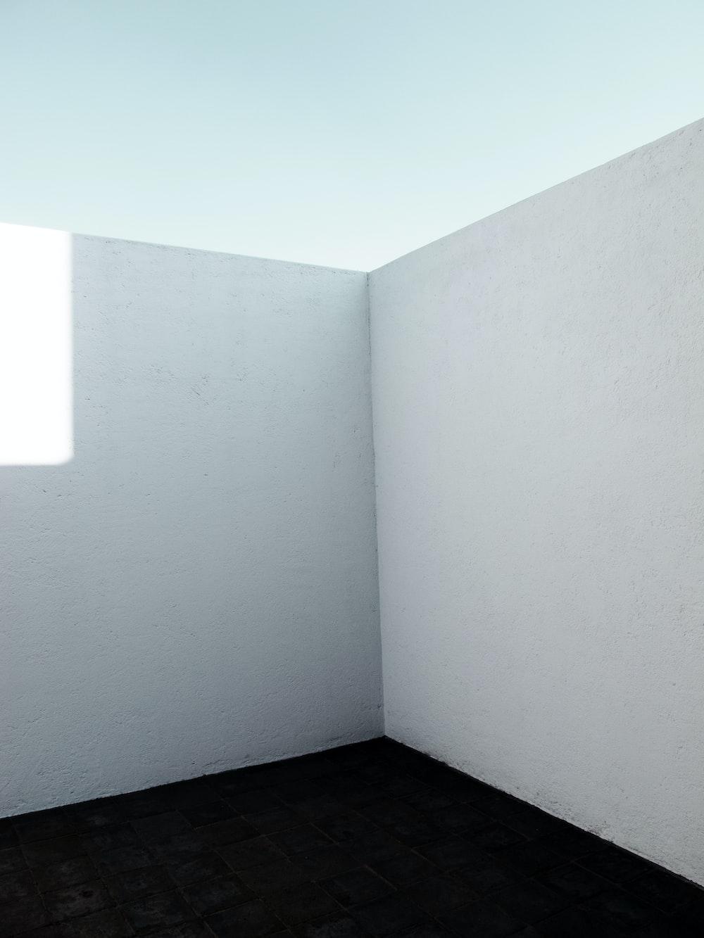 white wall paint near white ceiling