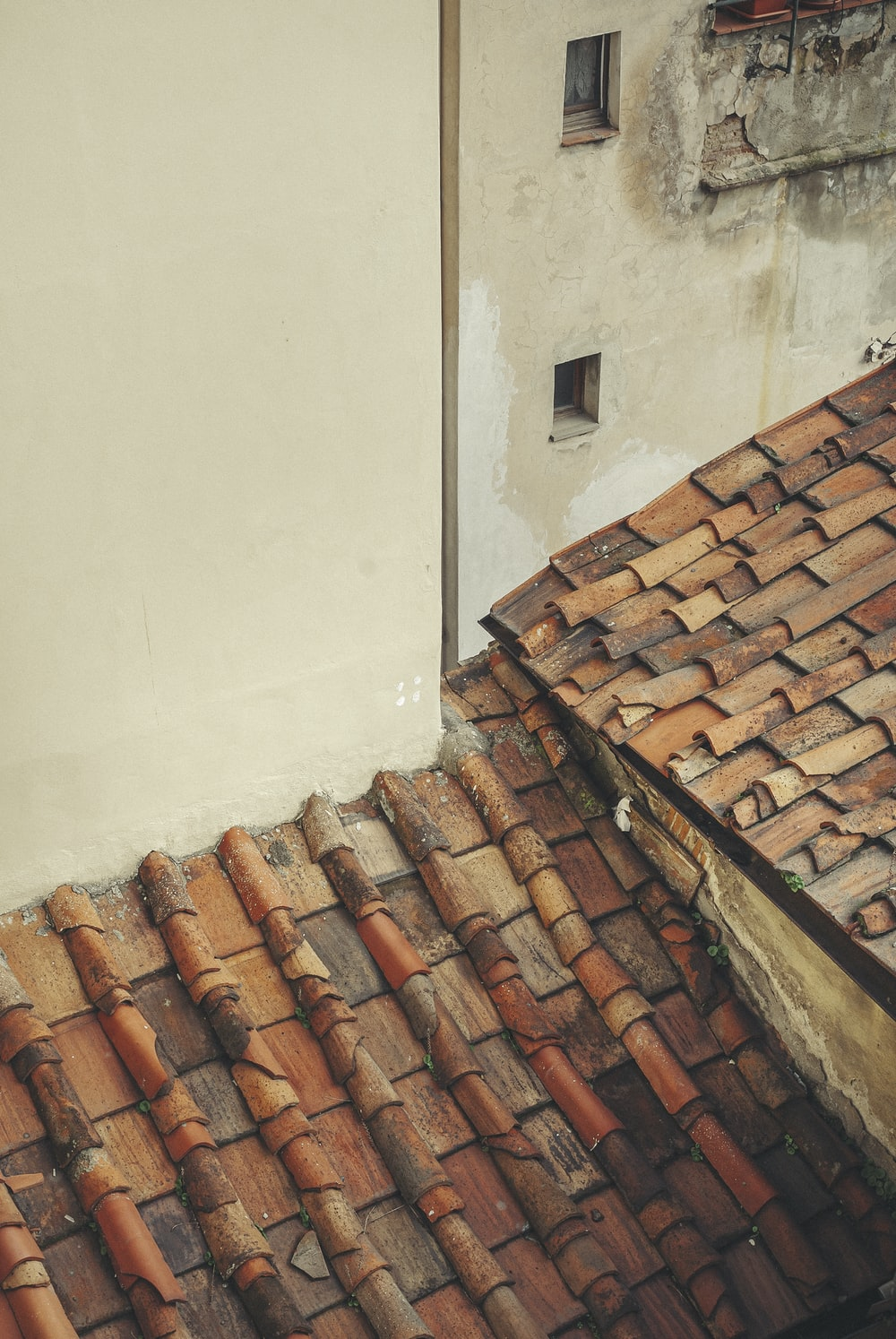 brown roof tiles beside white wall