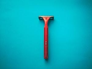 טיפים להסרת שיער עם סכין גילוח בלי לגרום לחתכים בעור