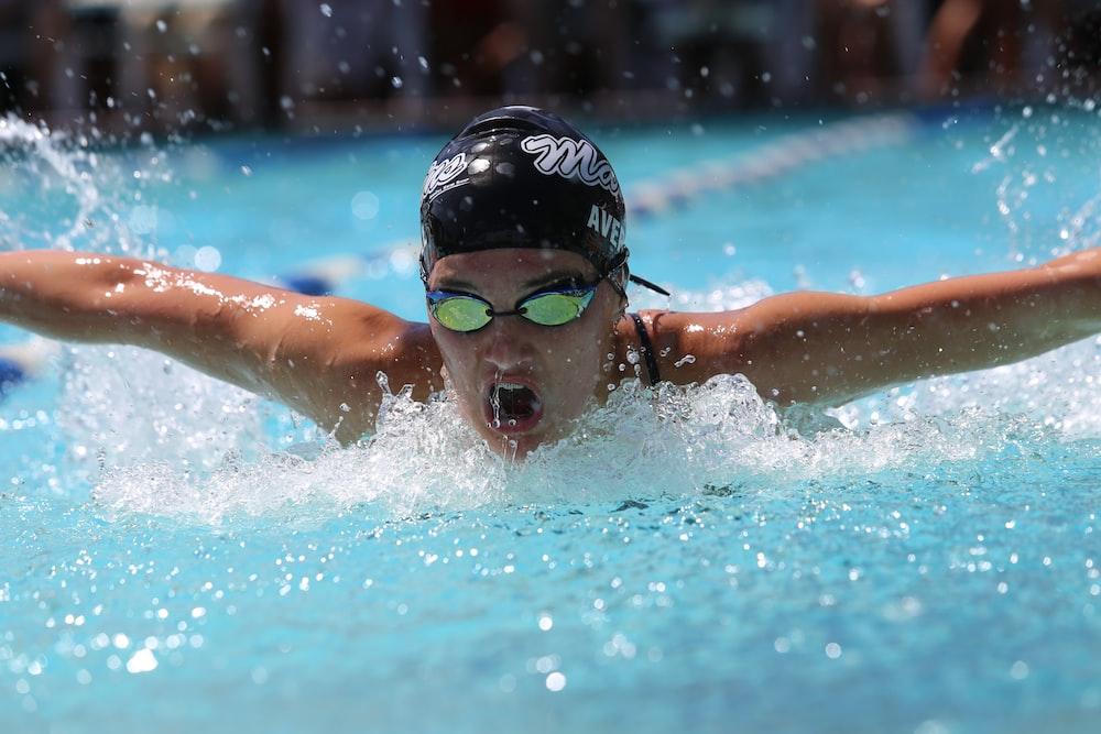 رجل عشريني و هو يتنافس في رياضة السباحة