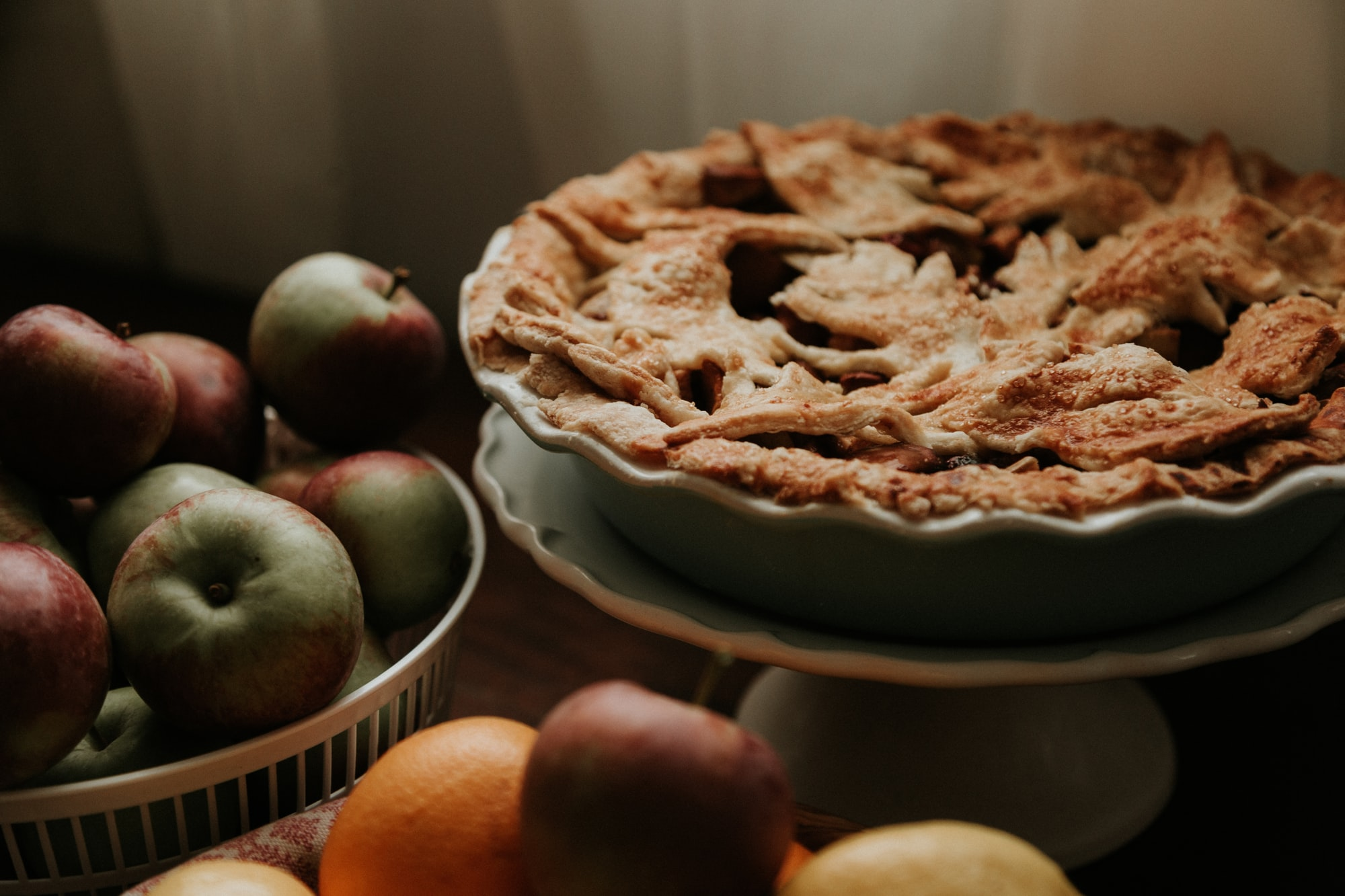 Image of an apple pie and apples.