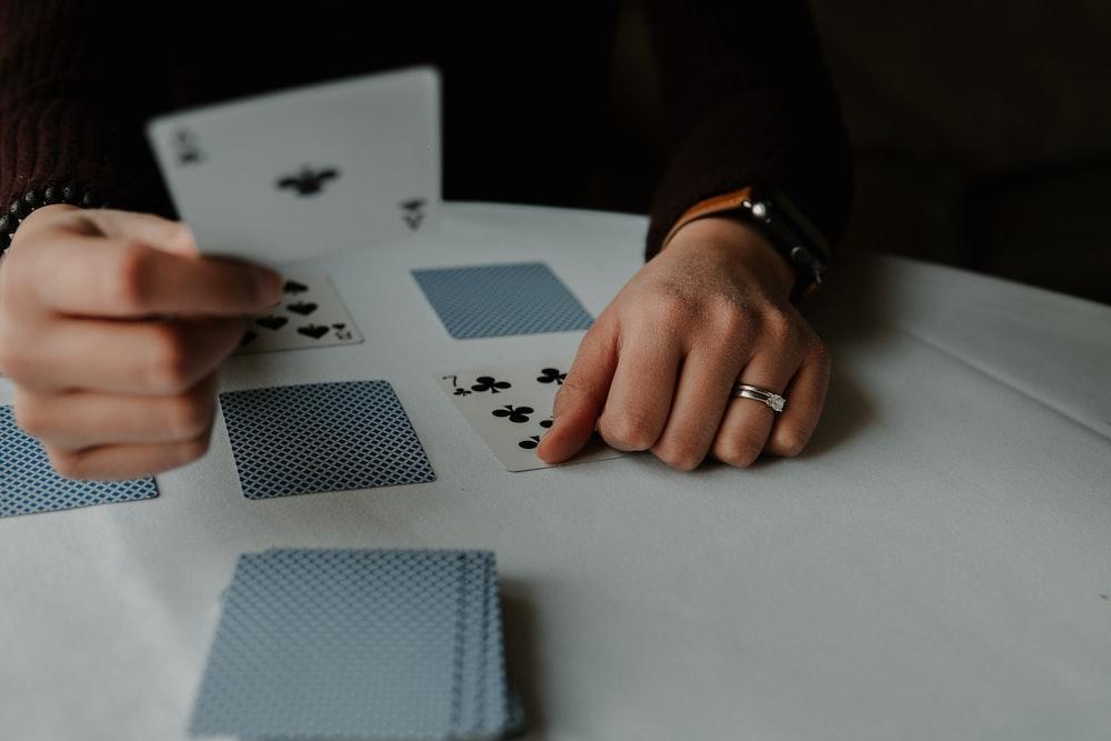 Jugar con barajas de cartas