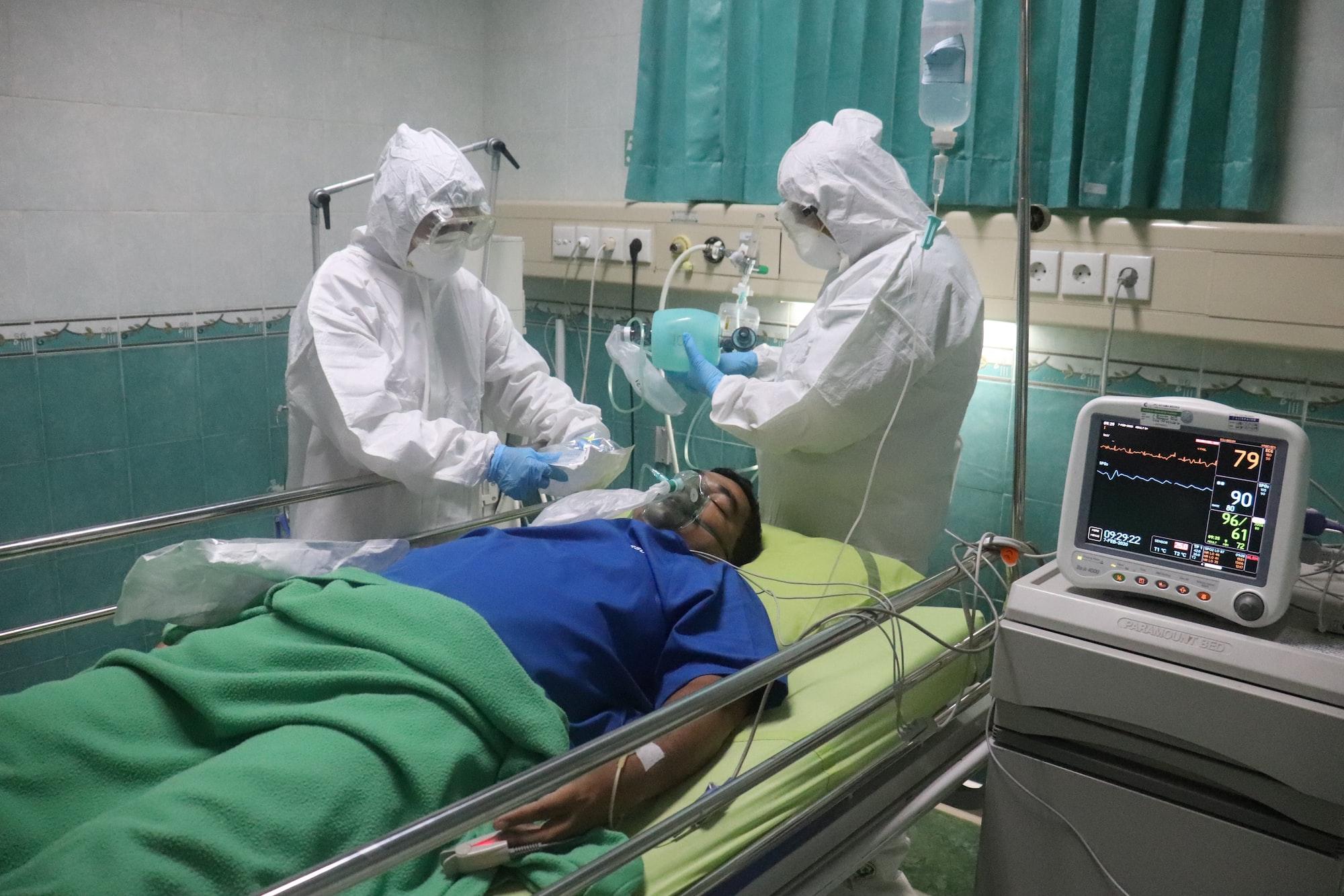 simulated covid-19 patients are in the ICU room   *) Gambar Pasien adalah model, bukan pasien yg sebenarnya. karena ini saat simulasi penanganan covid-19