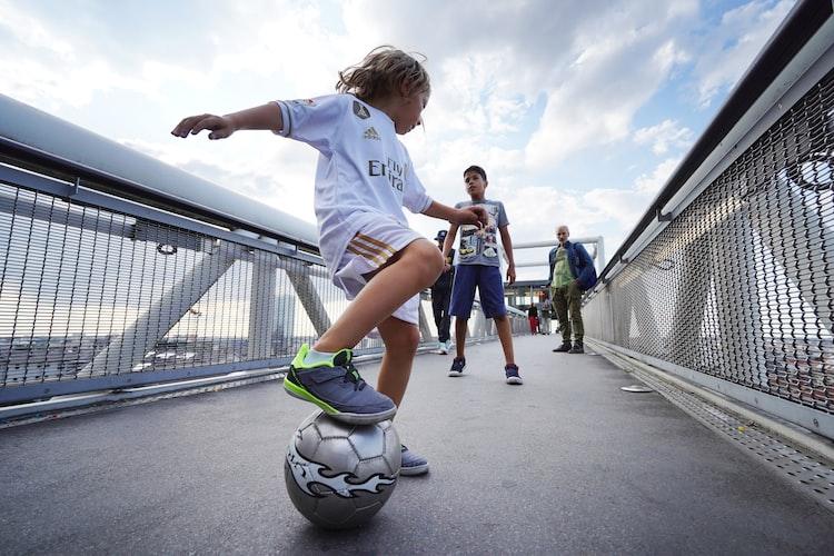 Un enfant jouant au foot.   Photo : Unsplash