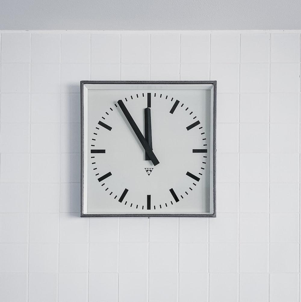 white round analog wall clock at 10 00