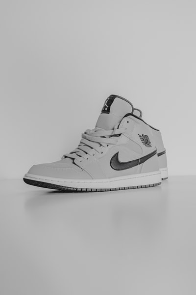 white and black nike air jordan 1