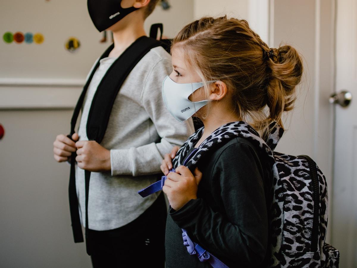 cierre de colegios, woman in black long sleeve shirt holding white face mask