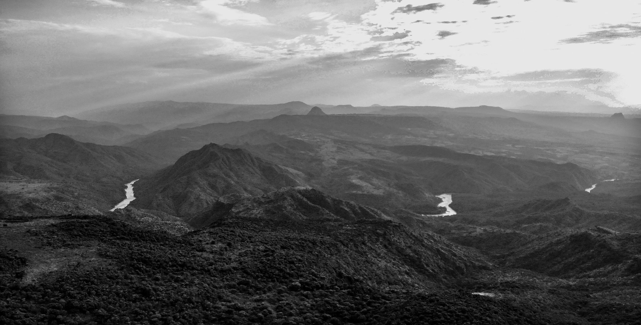 Schwarz-Weiß Bild einer äthiopischen Landschaft