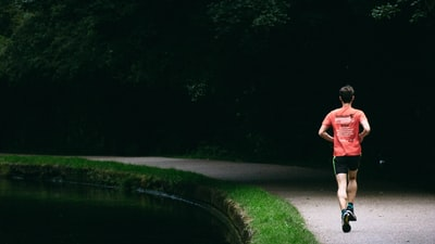 Hvad er den gennemsnitlige skridtlængde og løbekadence ved løb?