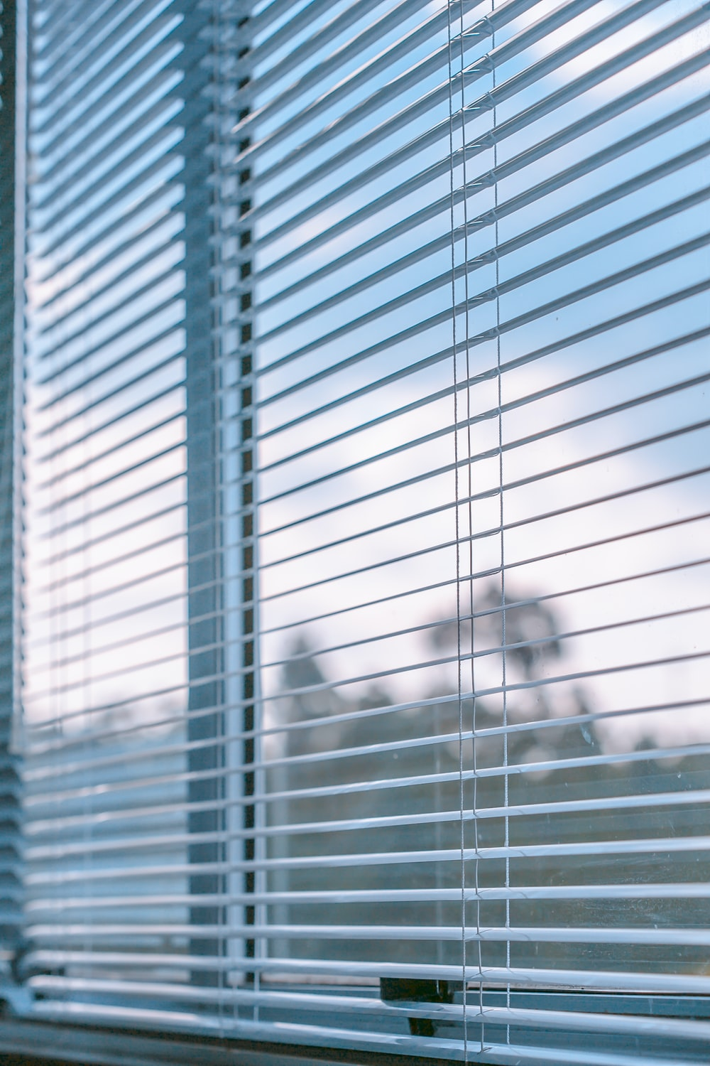 white window blinds during daytime