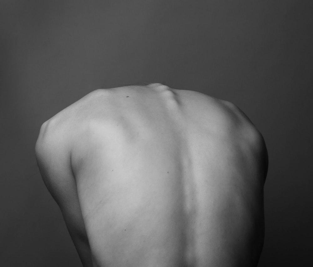背中の人のグレースケール写真