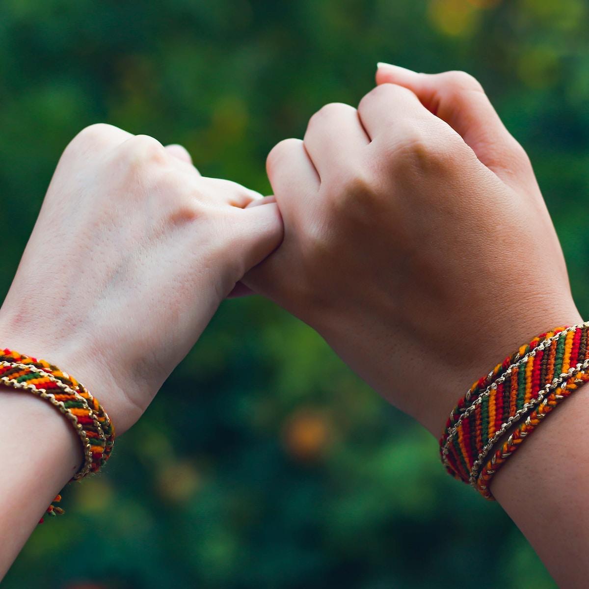 pulseras para los mareos, person wearing beaded bracelets and bracelet
