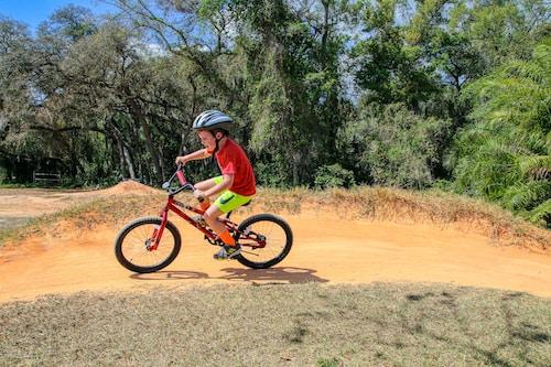 Dítě na horském kole